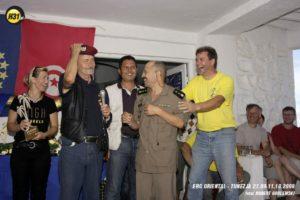Siegerehrung Hilde, ich, Jamel, Offizier + Reiner